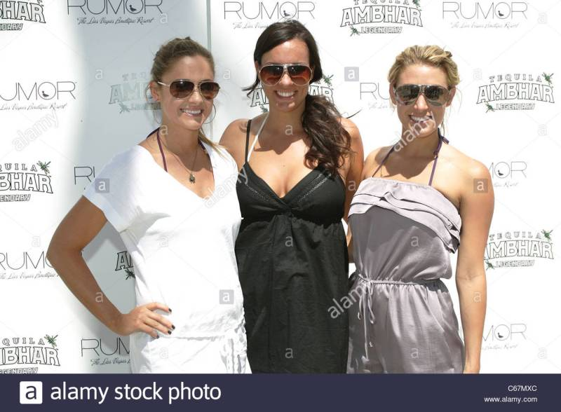 molly-mesnick-ann-leuders-vienna-girardi-in-attendance-for-bachelor-C67MXC